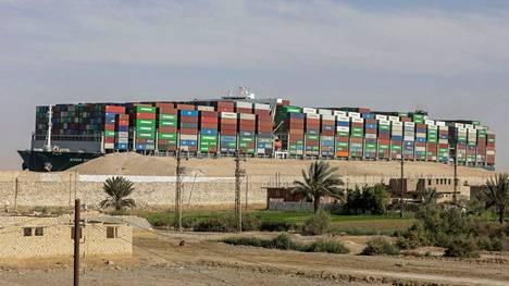 Keväällä Suezin kanavan tukkineella rahtialuksella edelleen jumissa satojen miljoonien edestä rahtia