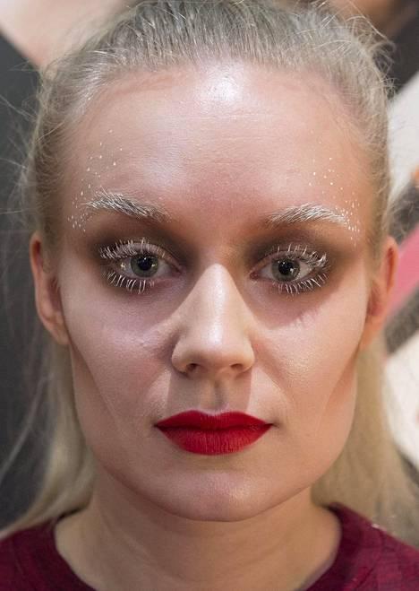 Valkoiset ripset ja kulmakarvat olivat meikkitaiteilija Ida Ekmanin yllättävä päähänpisto, josta syntyi huurteiselta näyttävä meikkilook.