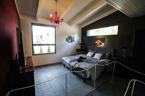 Makuuhuoneen vuoteessa on tukevat käsinojat ja vieressä siirrettävä yöpöytä.