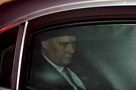 Rinne poistui hallituksen kolmetuntisesta kriisikokouksesta vuorokauden vaihtuessa maanantaiksi.