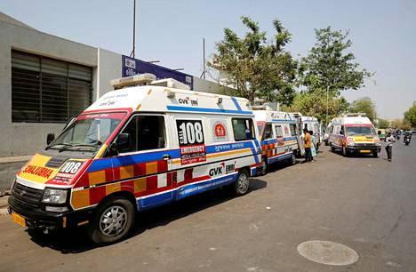 Ambulansseja, jotka vievät koronaviruspotilaita hoitoon, joutuivat jonottamaan pääsyä sairaalaan Ahmedabadissa.