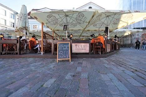 Vanhankaupungin terassien hinnat ovat pudonneet normaaleista hinnoista turistien vähäisyyden vuoksi.