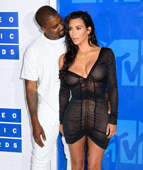 Kim Kardashianin musta minimekko paljasti enemmän kuin peitti. Valkoiseen sonnustautunut Kanye West loi vaimoonsa hellän katseen kuvaajien edessä.