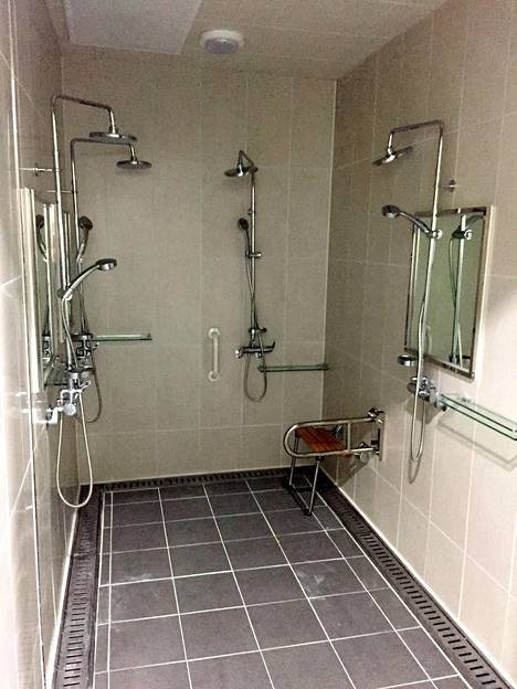 Tällaisessa tilassa Leijonien 22:n pöytäkirjaan merkityn pelaajan pitäisi käydä ottelun jälkeen suihkussa. Olympiahalli on muutoin komea, mutta pesutilojen pienuus ihmetyttää.