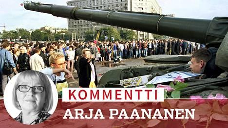Ihmiset toivat neuvostosotilaiden panssarivaunujen päälle kukkia jo ennen kuin tiedettiin, miten kaikessa käy. Se oli kehotus siihen, etteivät sotilaspojat tottelisi mahdollisia ampumiskäskyjä.