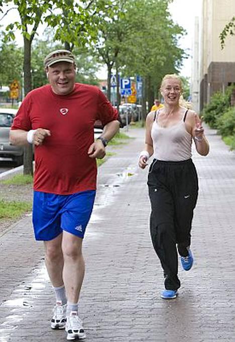 Hannu-Pekka Björkman ja Sari Siikander suostuivat vuosi sitten rohkeaan projektiin, joka lähenee nyt loppuaan. Kumpikin heistä aikoo juosta Helsinki City Marathonin.