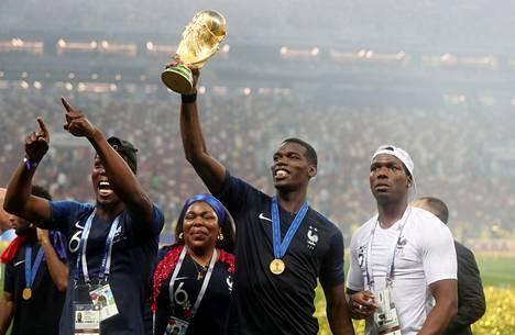 Pokaalia kannatteleva Paul Pogba ja muut Ranskan pelaajat saivat juhlia vuoden 2018 MM-finaalin päätteeksi Luzhnikin stadionilla Moskovassa.