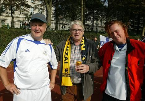 Jalkapallo on Lasse Lehtisen intohimo. Kuvassa Bryssel United - Eduskunnan Jalkapallojoukkue Brysselissä 13.10.2007. Vasemmalla Olli Rehn, Lasse Lehtinen ja Tommi Läntinen.