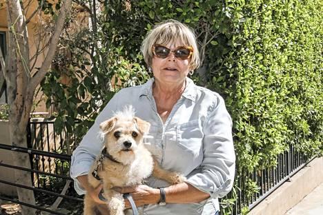 Carol Max-koiransa kanssa.