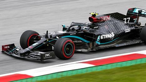 """Mercedes täysin ylivoimainen F1-harjoituksissa – Bottas jäi Hamiltonin taakse ja suututti Strollin: """"Mitä ihmettä hän oikein tekee?"""""""