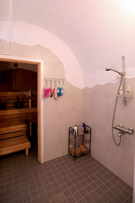 """""""Hobittitaloon"""" mahtuu myös sauna."""