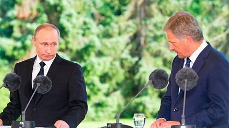 Venäjän presidentti Vladimir Putin (vasemmalla) ja Suomen tasavallan presidentti Sauli Niinistö pitivät eilen perjantaina yhteisen tiedotustilaisuuden Naantalin Kultarannassa.