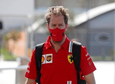 Sebatian Vettel kuvattuna Abu Dhabin F1-varikolla joulukuussa 2020.