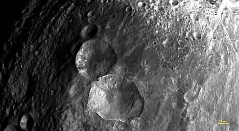 Lumiukoksi kutsuttu kolmen kraatterin muodostuma Vestan pohjoisosassa.