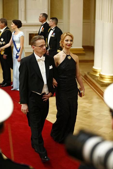 Tytti Tuppurainen miehensä Pertti Rauhion kanssa Linnan juhlissa 2014.