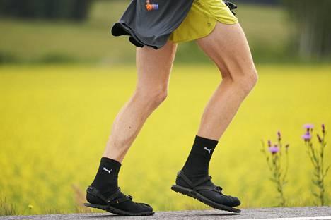 Sukat ja sandaalit -yhdistelmä on helppo ja mukava.