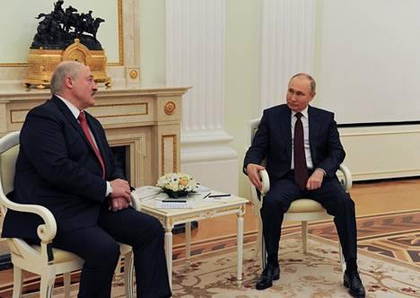 Aljaksandr Lukashenka (vas.) ja Vladimir Putin ovat tavanneet ainakin kahdesti tänä vuonna, helmikuussa Sotshissa ja huhtikuussa Moskovassa (kuva). Tapaamisten lisäksi presidenttikaksikko on keskustellut keskenään puhelimessa, eli yhteydenpito on ollut valtionpäämiesmittakaavassa melko tiuhaa.