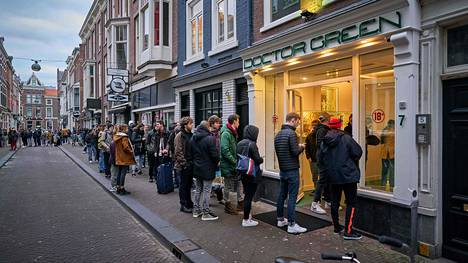 Haagissa sijaitsevan Doctor Green (Tohtori Vihreä) -kannabiskahvilan ovella näytti tältä hieman ennen kello kuutta sunnuntai-iltana.