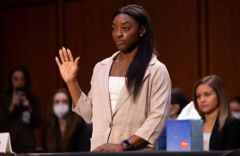Yhteensä 32 olympia- ja MM-mitalia voittanut Simone Biles senaatin kuulemisessa keskiviikkona 15. syyskuuta.