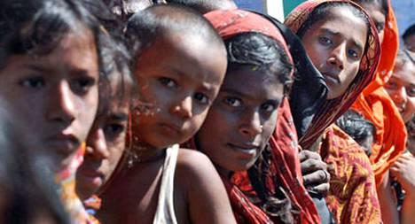 Bangladeshissa ihmiset odottavat yhä apua pyörremyrskyn koettelemille alueille.