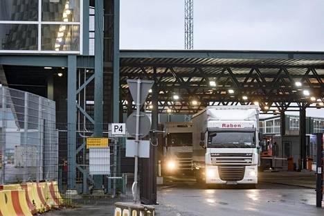 Helsingin Satama on patistellut raskasta liikennettä Vuosaareen Länsisataman liikenneongelmien vuoksi.