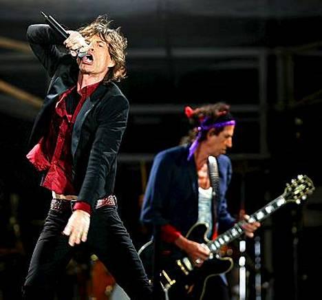 Mick Jagger (vas.) ja Keith Richards kyllästyivät EMI:n toimintaan ja loikkasivat Universalille.