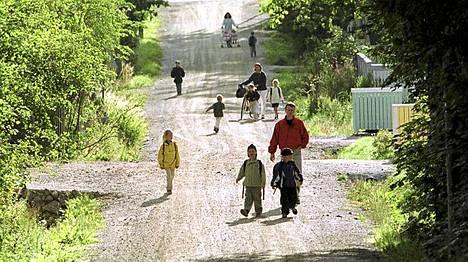 Espoon Lintuvaara on lintukoto vailla vertaa. Arkistokuvassa paikalliset lapset rallattelevat iloisesti matkalla kouluun vailla huolen häivää.