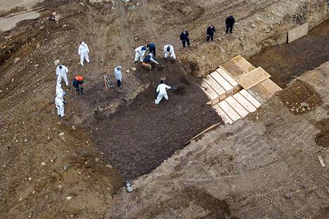 Hautaustoimintaa pyörittävät nyt urakoitsijat, sillä vangeilta siihen osallistuminen on kielletty pandemian aikana.