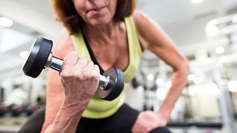 Voimaharjoittelu on liikuntabiologian professorin mukaan jopa hieman tärkeämpää kuin kestävyysharjoittelu.