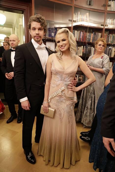 Joskus käy niin, että yhtenä vuonna esiintyy Linnassa ja toisena on kutsuttu vieraaksi. Näin kävi laulaja Reeta-Leena Vestmanille. Hän juhli Linnassa tänä vuonna ensimmäisen vuoden kansanedustaja Heikki Vestmanin rinnalla.