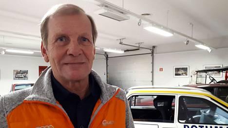 Rallimaestro Juha Kankkunen kuvattuna yksityisessä automuseossaan 2019.