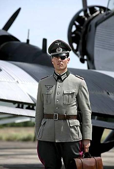 Valkyria-elokuvassa näyttelevä Tom Cruise uhkaili kirjan kustantajia ja sai tahtonsa läpi.