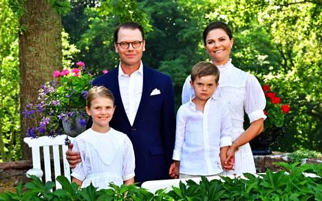 Kruununprinsessa Victorian syntymäpäiväkuvissa oli mukana koko hänen perheensä: puolisonsa prinssi Daniel, prinsessa Estelle, 9 ja prinssi Oscar, 5.