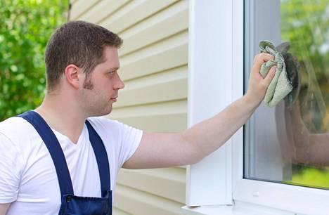 Ikkunoiden likaantumiseen vaikuttavat sekä asuinalue että vuodenaika. Ikkunat likaantuvat erityisesti alueella, jossa on paljon siitepölyä ja katupölyä.