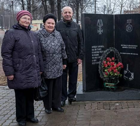 Vasemmalla Tshernobylin likvidaattoreiden lesket Galina Smirnova ja Nina Bardina sekä turmaa lapiosotilaana raivannut Nikolai Sobolev.