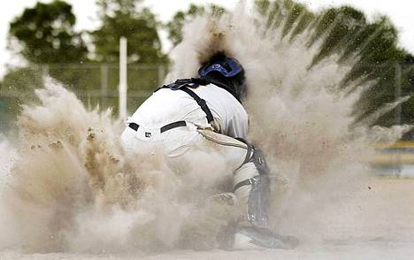 Hiekat silmille. Campbellsportin baseball-joukkueen Bennet Krueger on pölypilven keskellä, kun Kewaskumin Brad Boegel liukuu kotipesään Kewaskumissa Wisconsinissa pelatussa ottelussa. Kewaskum voitti 4-3.