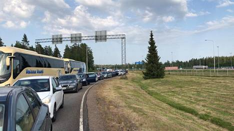 Vaalimaan raja-asemalla jonotettiin Suomeen.