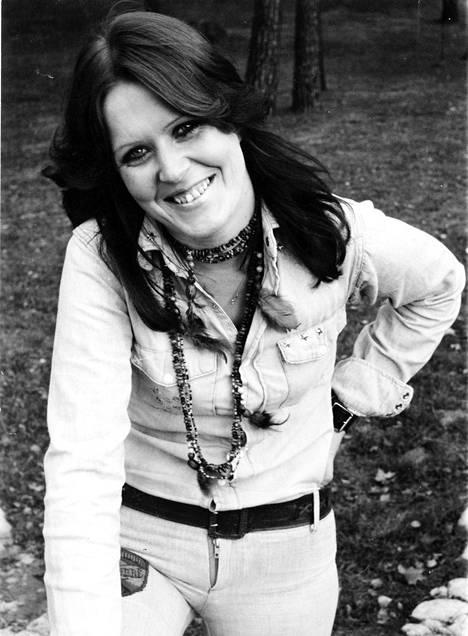Lea Lavenin tunnetuimpiin hitteihin kuuluvat muun muassa Tumma nainen ja Ei oo, ei tuu. Kuva vuodelta 1975.