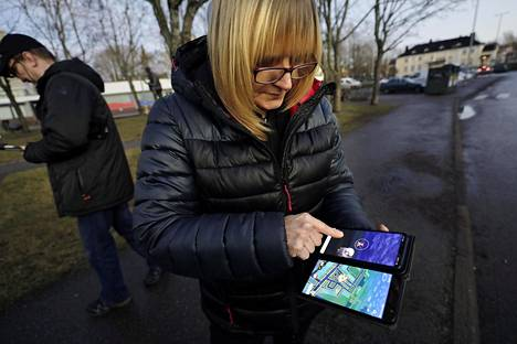 Tiina Toivonen pelaa Pokémon Go:ta kahdella puhelimella ja pelaajatilillä. Siitä on apua, kun vastassa on vahva Pokémon.