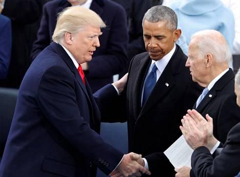 Trump kätteli Obamaa ja Bidenia virkaanastujaisissaan tammikuussa 2017.
