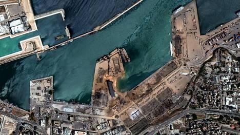 Satelliittikuva Beirutin satamasta räjähdyksen jälkeen.