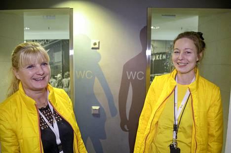 Palveluesimies Riitta Parkko ja palveluohjaaja Kati Penttinen kertoivat, mitä eroja naisten ja miesten vessoissa on.