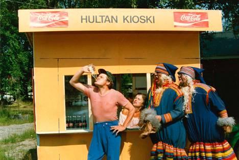 Onks Viljoo näkyny? Heikki Kinnunen, Pirkka-Pekka Petelius ja Aake Kalliala laittoivat hauskimmat hahmonsa liikkeelle, kun luvassa oli 10 miljoonaa Taka-Surkee-nimisen paikkakunnan nostamiseksi suosittujen matkailukohteiden eturiviin.