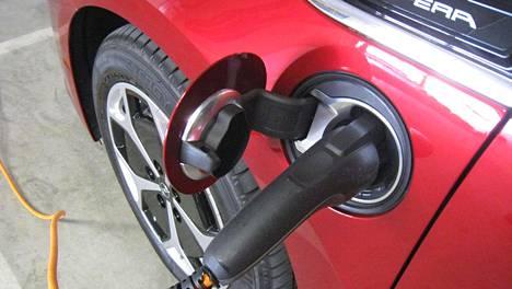 Opel Ampera on ollut suosittu kohtuuhintainen käyttöauto muun muassa muutamien kymmenien kilometrien säännöllistä työmatkaa ajavien keskuudessa. Kannasta suurin osa on käytettynä ulkomailta tuotuja. Seinäsähkön ohella autolla voi ajaa myös bensiinillä, sillä konepellin alta löytyy myös niin sanotusti omaa elämäänsä elävä sähkögeneraattori.