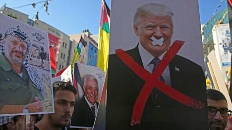 Palestiinalaismielenosoittajat protestoivat Donald Trumpia vastaan heinäkuussa.