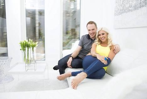 Jari-Matti ja Maisa kuvattuna kotonaan Vantaalla sijaitsevassa omakotitalossa viime keväänä.
