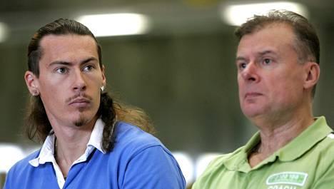 Tommi ja Juhani Evilä vuonna 2007. Juhani Evilä toimi SUL:n pituushyppyvalmentajana vuoteen 2012 saakka.