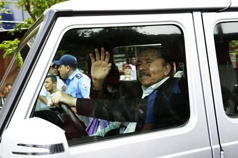 Ortega vilkutteli poistuessaan autollaan keskustelutilaisuudesta.