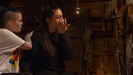 Sonya murtuu videon nähtyään kyyneliin.