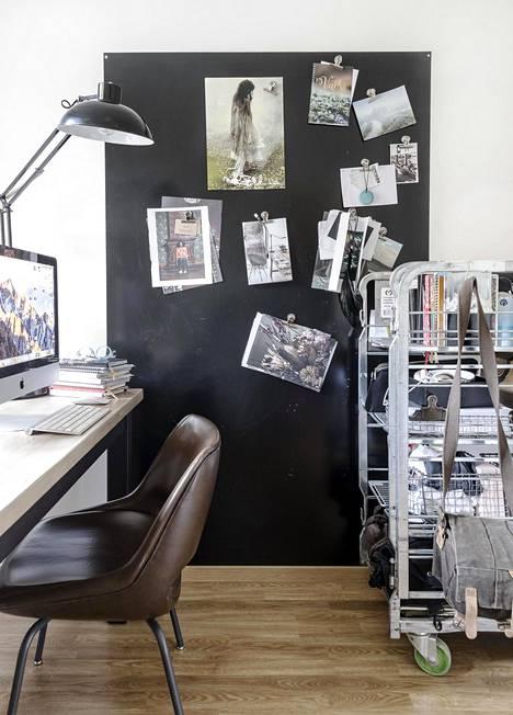 """Frida Steinerin työhuone on sisustettu, kuten koko koti. """"Valitsen tavaroita siksi, että ne miellyttävät silmää"""", Steriner kertoo."""